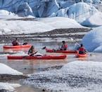 Flota entre los icebergs en una majestuosa laguna glaciar en la Costa Sur de Islandia.