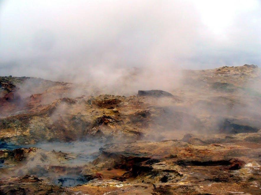 Źródło geotermalnej Gunnuhver, niedaleko lotniska.