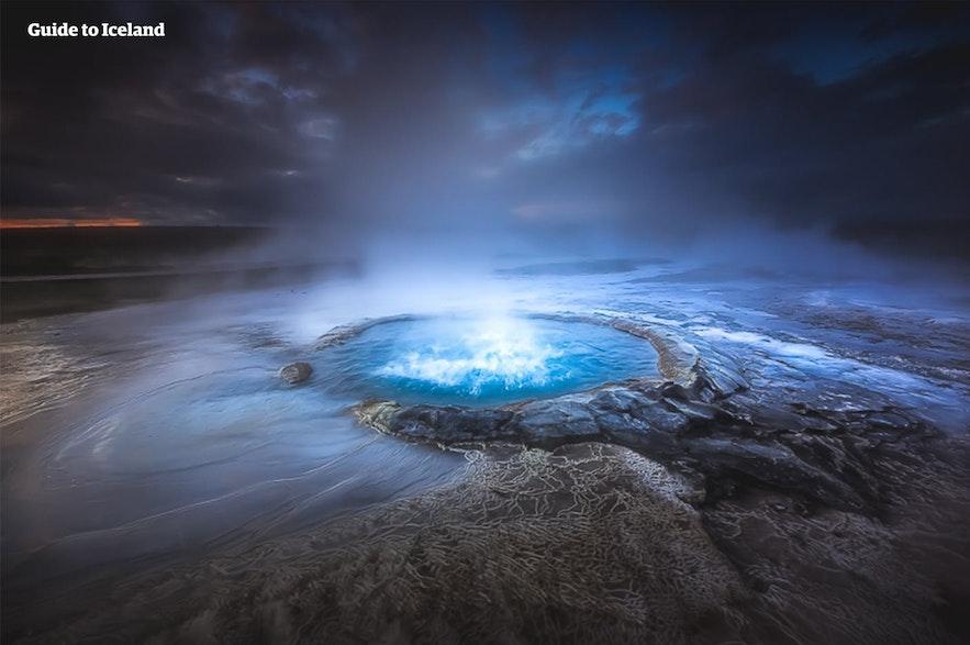 Malownicze źródło geotermalne na Islandii.