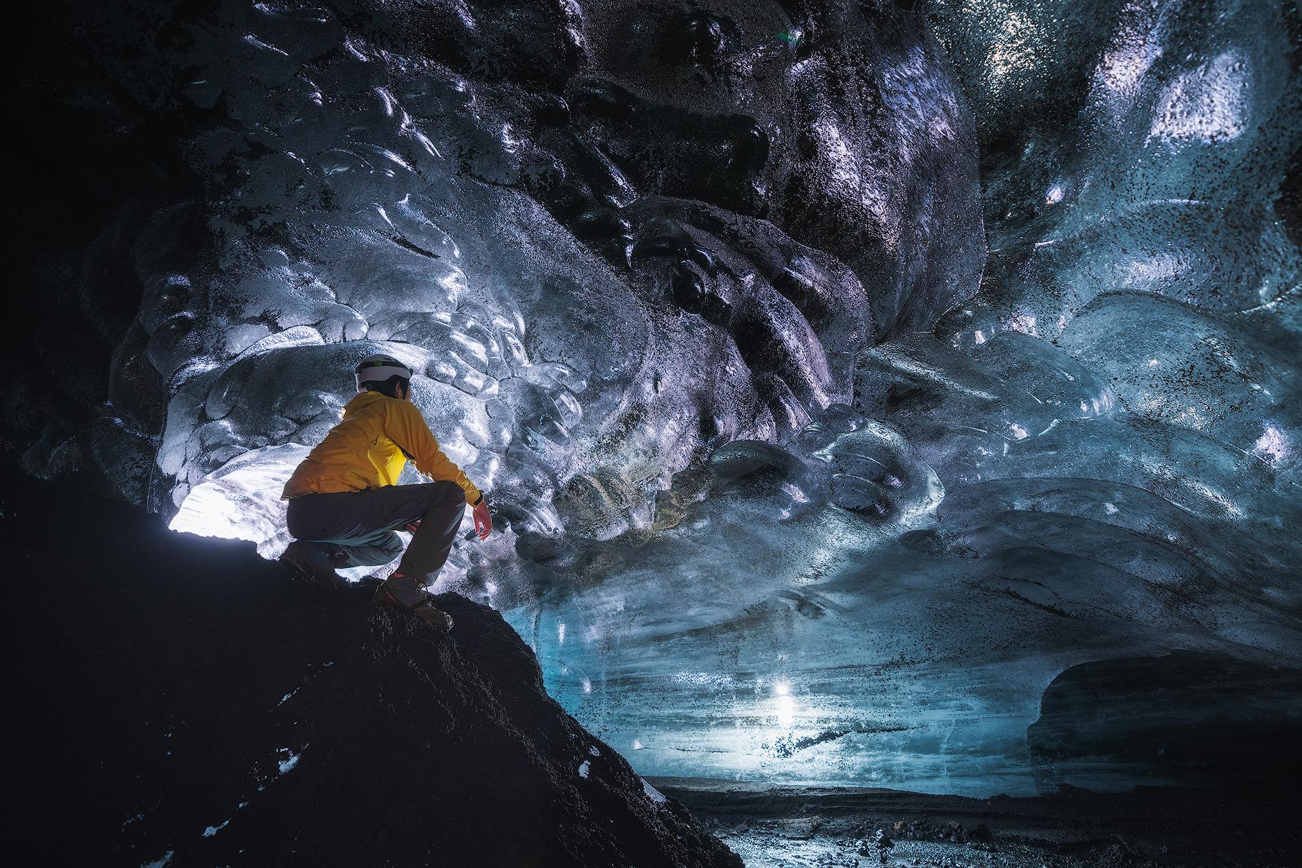 ミールダルスヨークトル氷河の洞窟内の様子