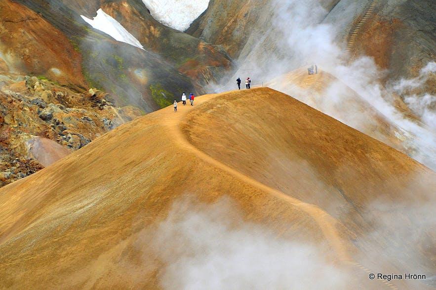 A fascinating Hike through the Geothermal Area of Hveradalir in Mt. Kerlingarfjöll