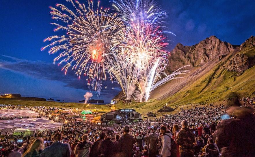 Das Thjodhatid-Festival auf den Westmännerinseln ist ein trubeliges Festival im Sommer in Island.