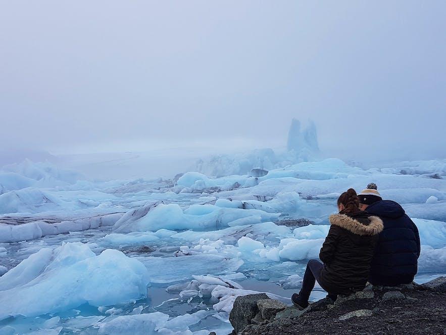 Un couple avec vue sur la lagune de Jökulsárlón dans le sud de l'Islande.
