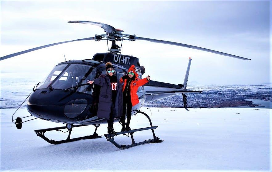 Un hélicoptère atterrit au sommet d'une montagne.