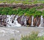 Hraunfossar ist eine Reihe von sanften Wasserfällen, die zusammen ein wunderschönes Naturschauspiel ergeben.