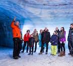 Folge einem erfahrenen Guide in die Tiefen der Eishöhle und bestaune die einzigartige und fremde Landschaft.