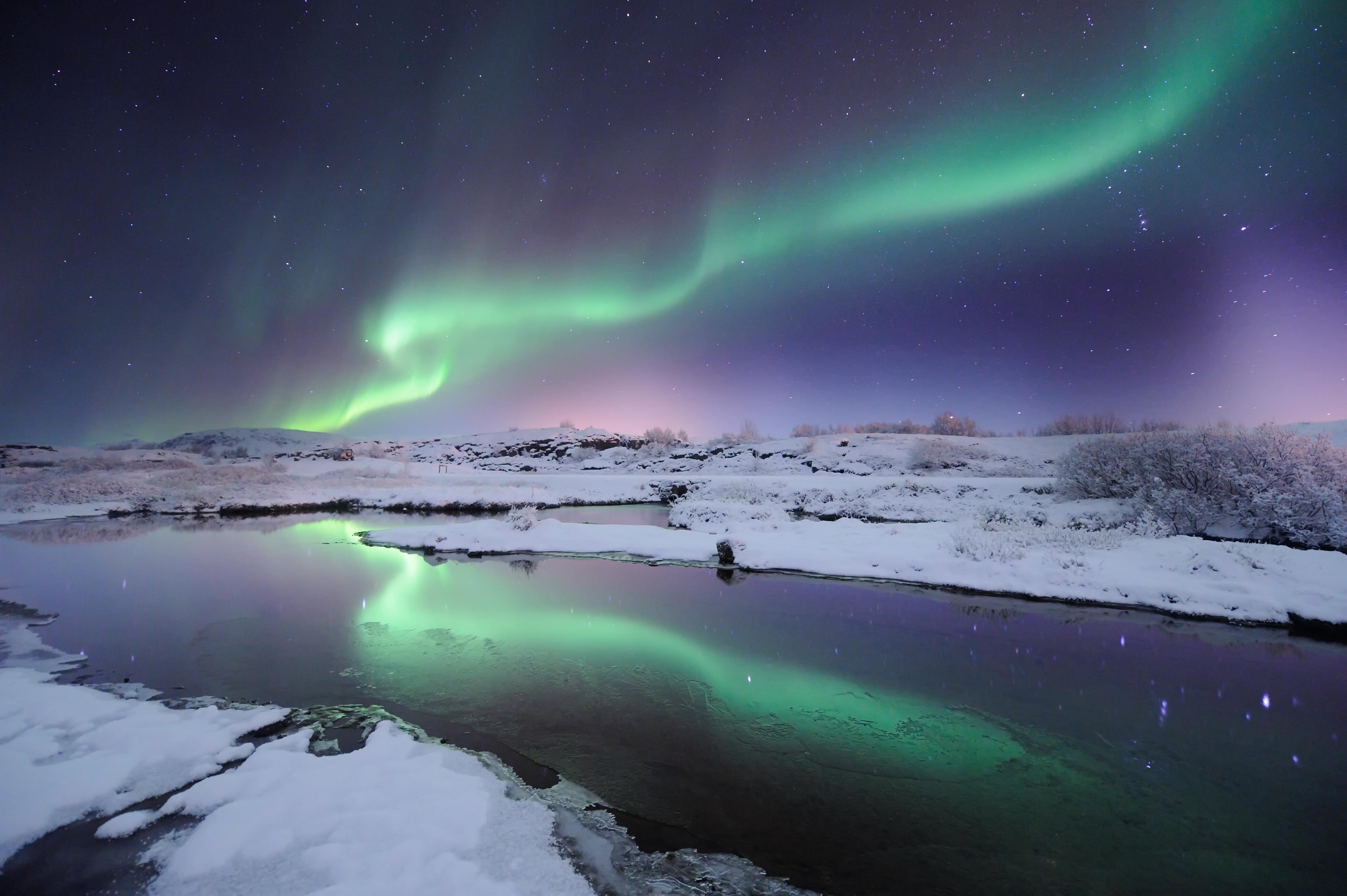 La aurora boreal sobre un paisaje nevado