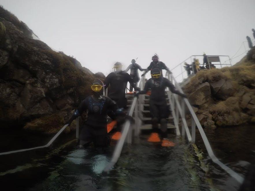 Treppen in das Gletscherwasser der Silfra
