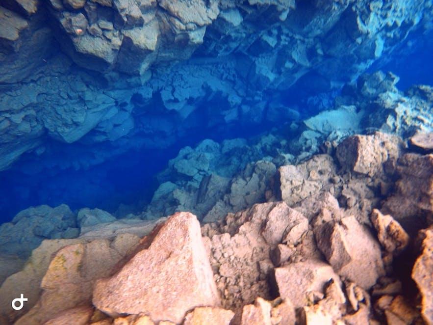 Schmelzwasser des Langjökull Gletschers in der Silfra Spalte