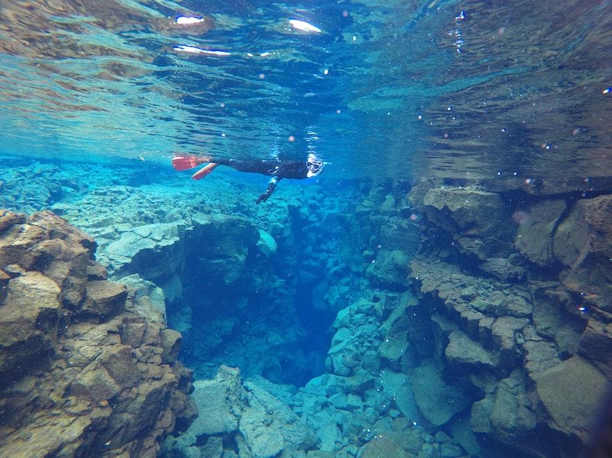 Глубокий синий цвет ледниковой воды в разломе Сильфра