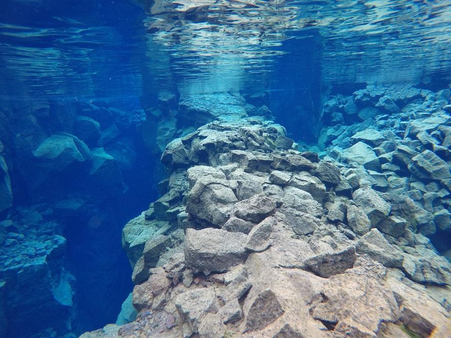 Голубая ледниковая вода разлома Сильфра в Исландии