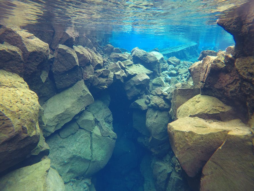 Вода в разломе Сильфра бывает всех цветов - синего, лазурного, неофритового и янтарного!