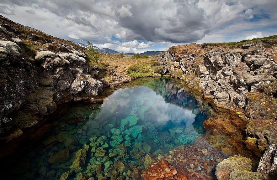 Разлом Сильфра в паке Тингведлир в Исландии наполнен ледниковой водой