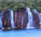 Hraunfossar znajduje się tuż obok innego wodospadu zwanego Barnafoss, znanego z białej, wzburzonej wody.