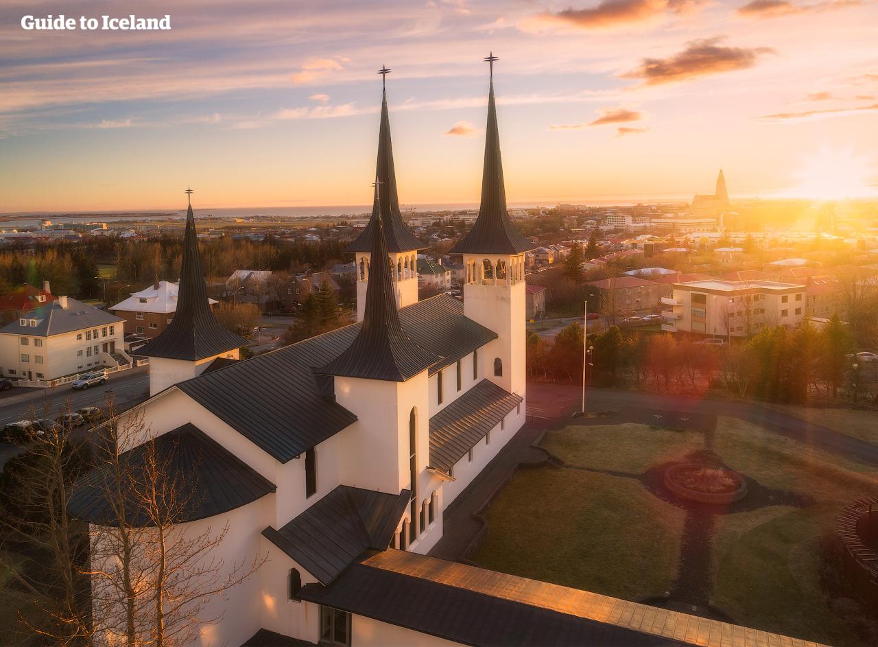 Zachód słońca w letni dzień w Reykjaviku.