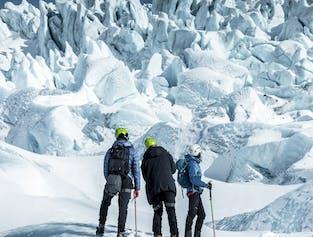 Eine Gruppe von Menschen, die sich auf eine Gletscherwanderung in Island vorbereitet.