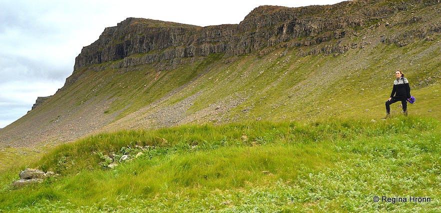 Regína standing by the ruins of the farm at Sjöundá Rauðasandur