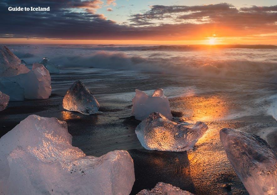 Guide to Iceland propose de nombreux articles sur divers sujets, tels que la Plage de Diamants et la lagune glaciaire.