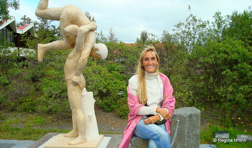 The wrestling statue at Geysir