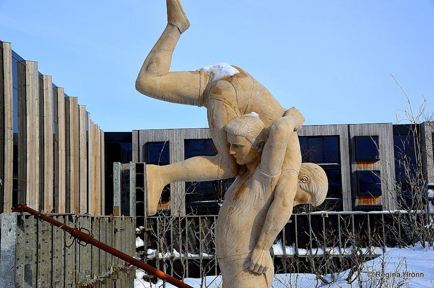 The wrestling statue at Geysir