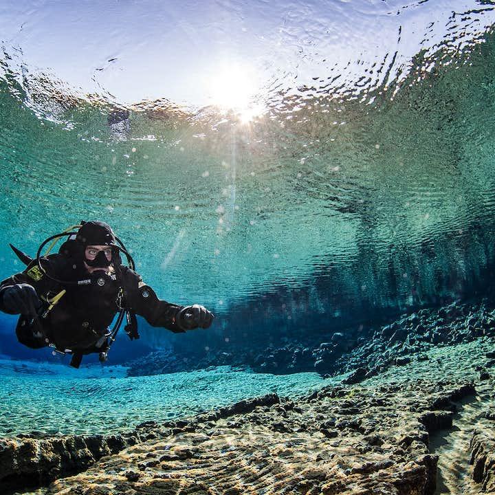 Dykketur til Silfra   Tørrdraktdykk med henting