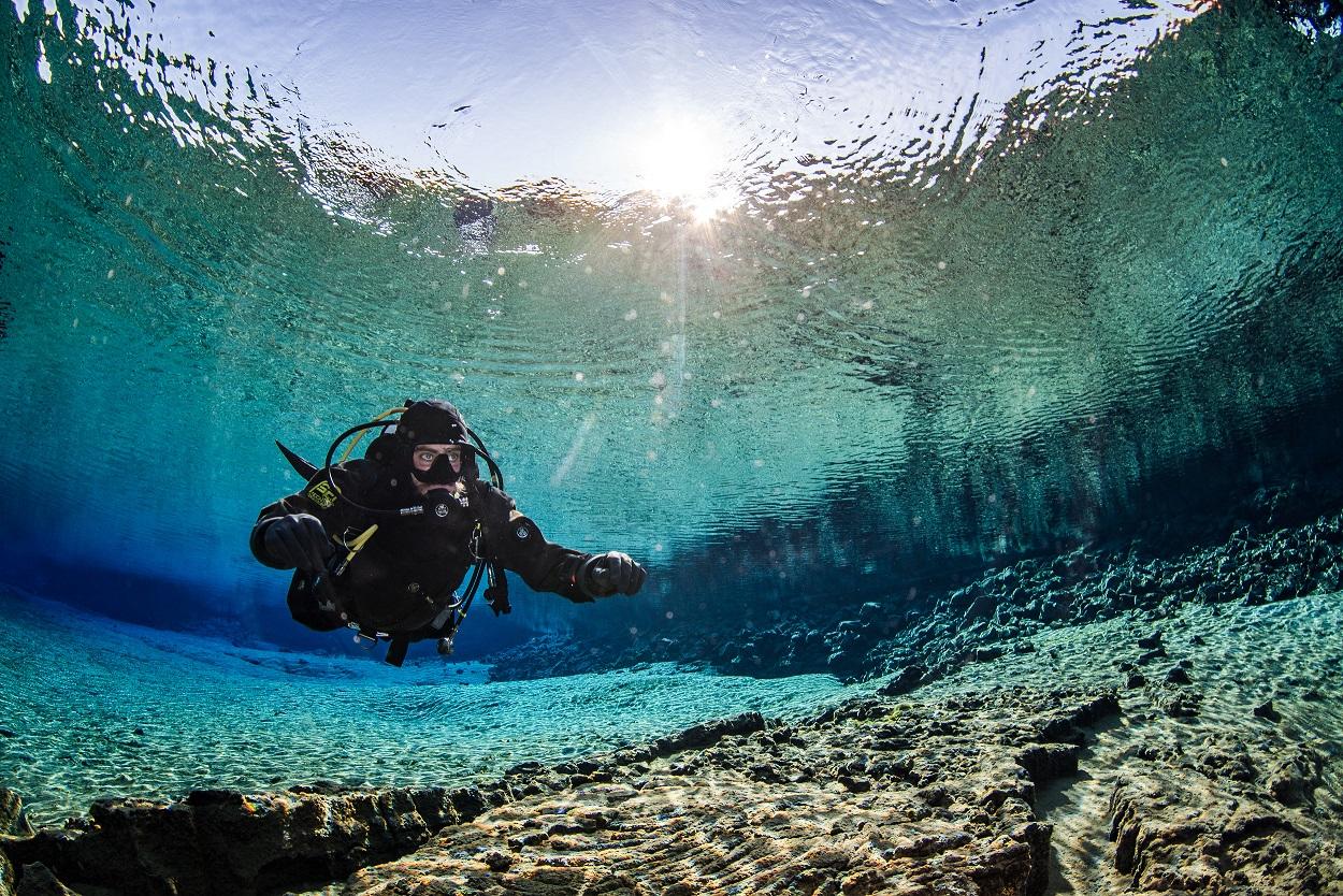 Dykning ved Silfra betyder dykning i noget af det klareste vand i verden.