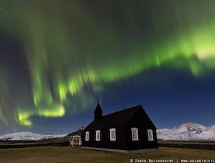 L'aurora boreale che danza sulla chiesa nera di Búdir a Snæfellsnes.