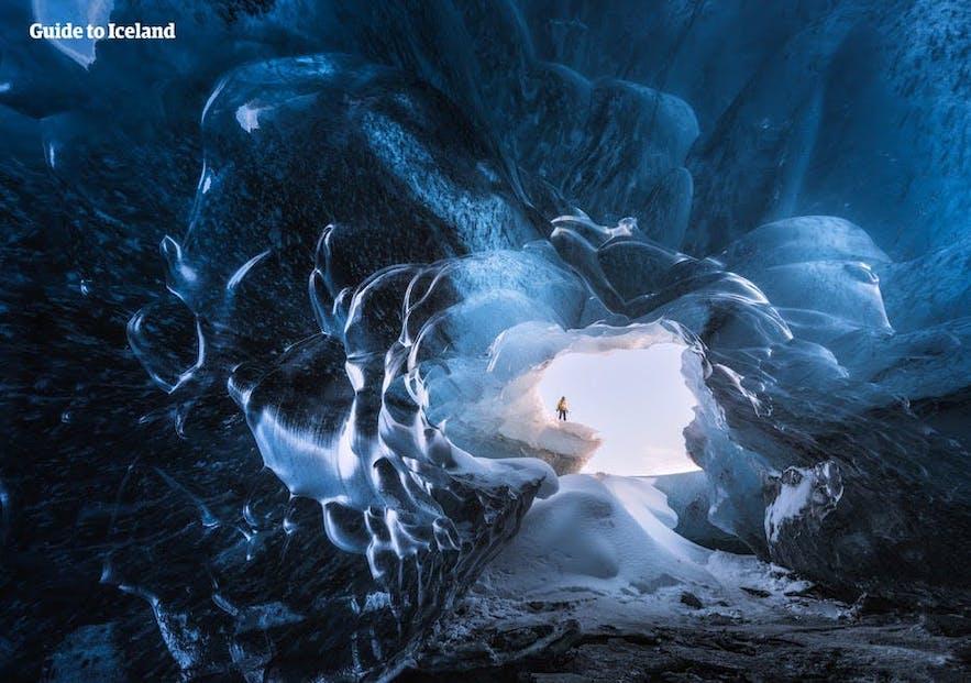 ถ้ำน้ำแข็งบางแห่งของประเทศไอซ์แลนด์เกิดจากความยิ่งใหญ่ของธรรมชาติ.