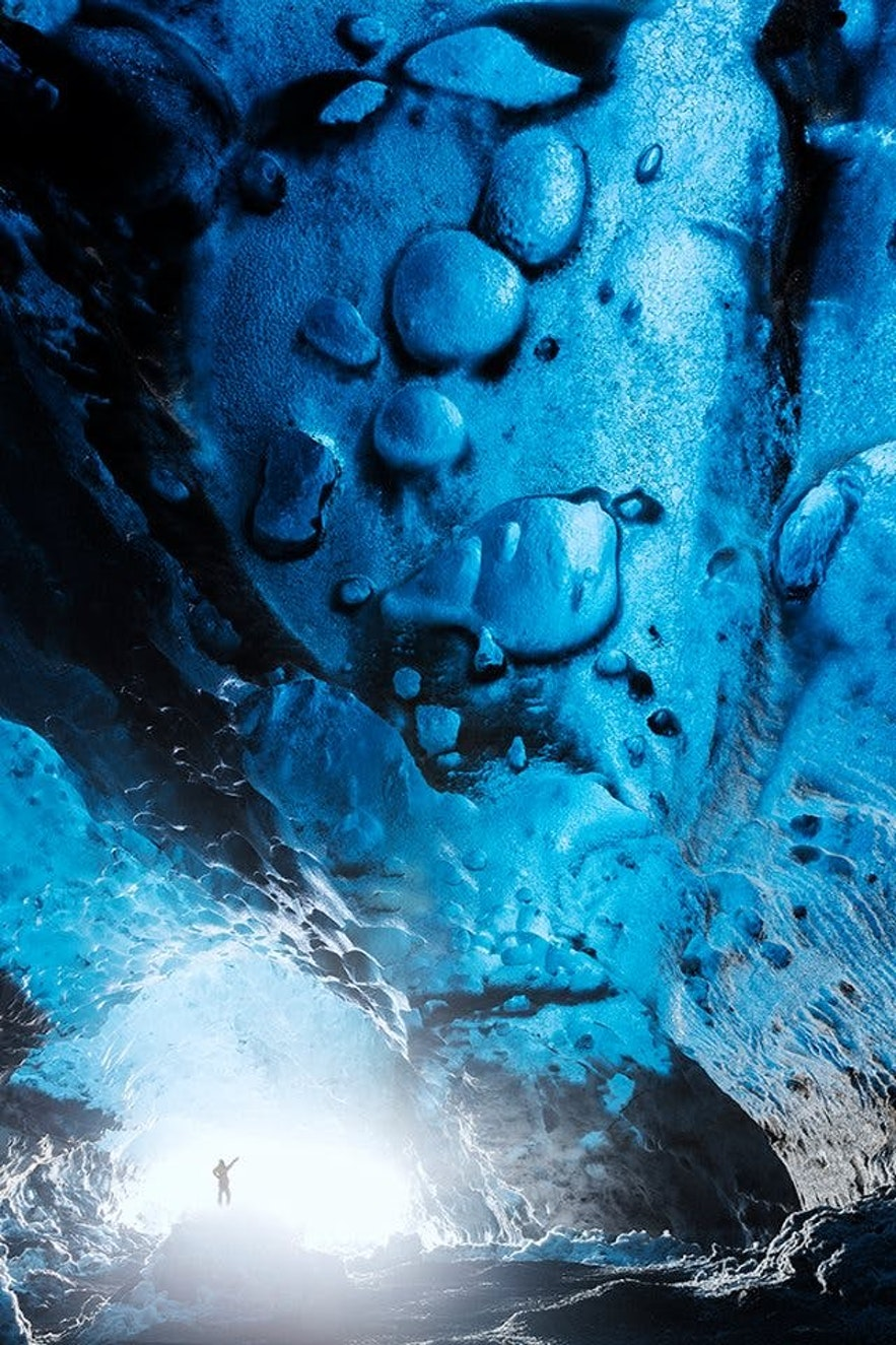 การก่อตัวที่น่ามหัศจรรย์ของถ้ำน้ำแข็งในประเทศไอซ์แลนด์.