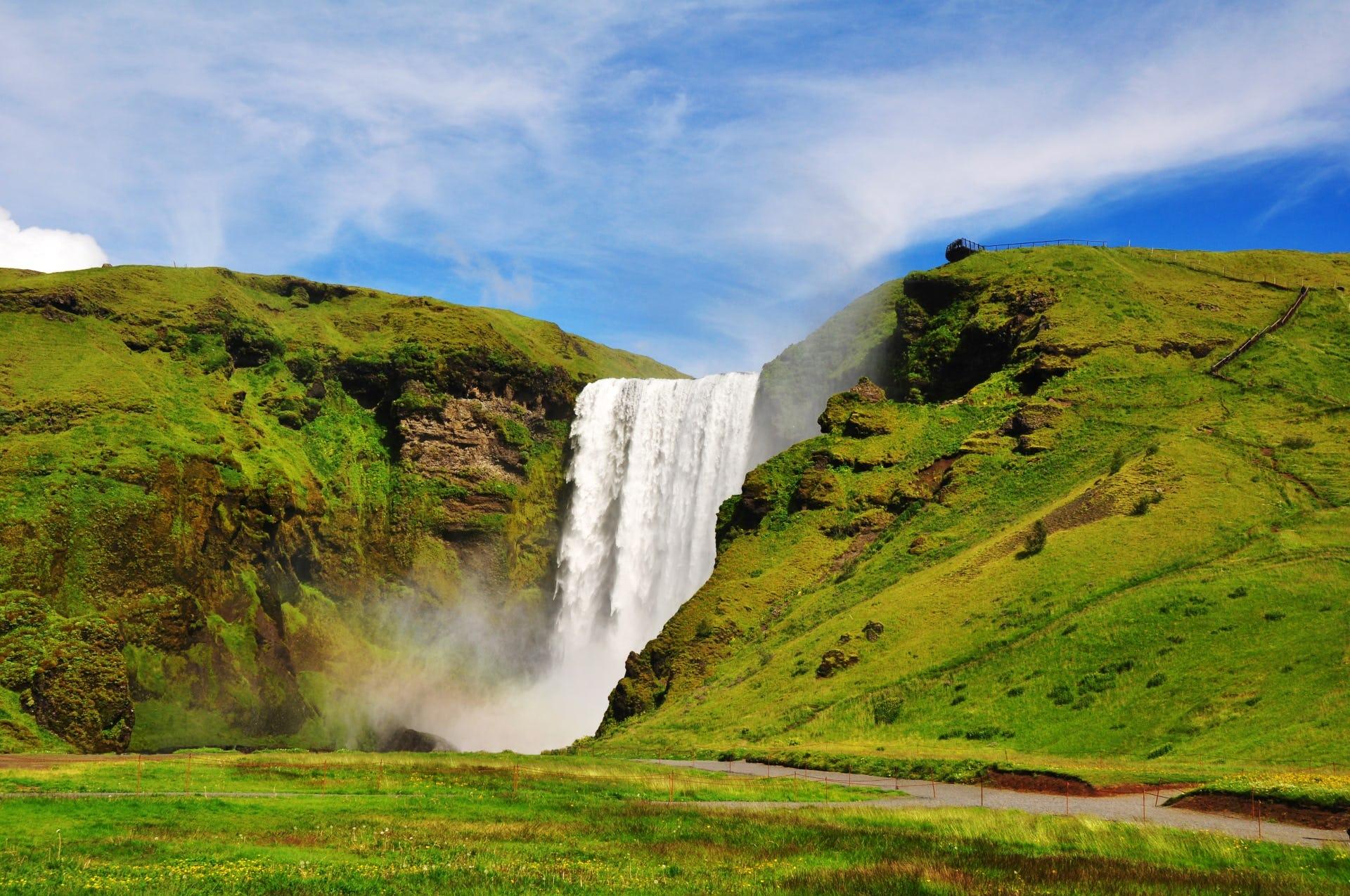 Cascade de Skógafoss sur la côte sud de l'Islande, une destination prisée des visiteurs en Islande.