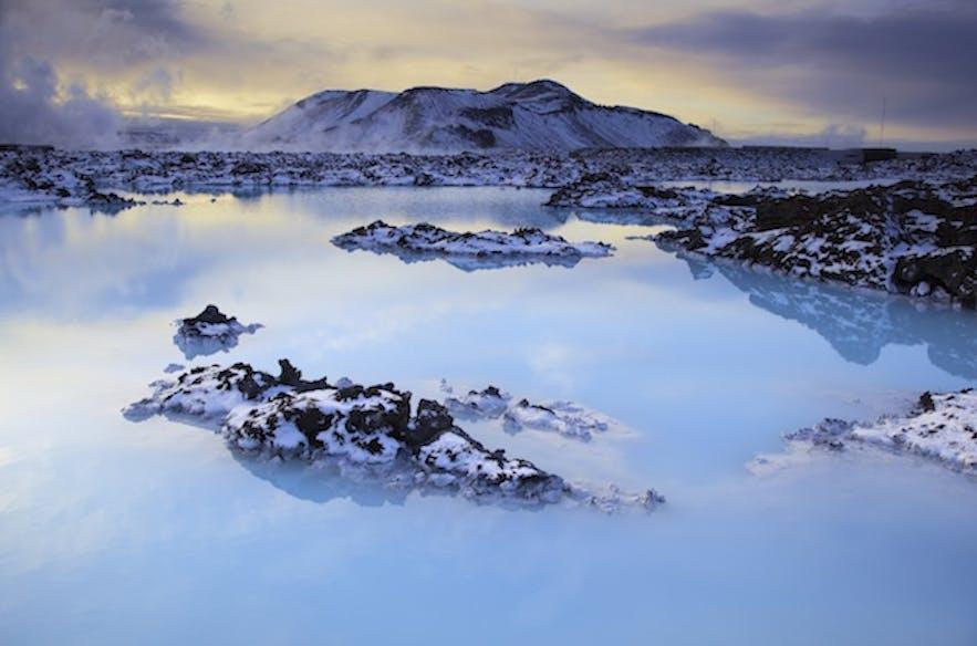 被雪包围的冰岛蓝湖温泉