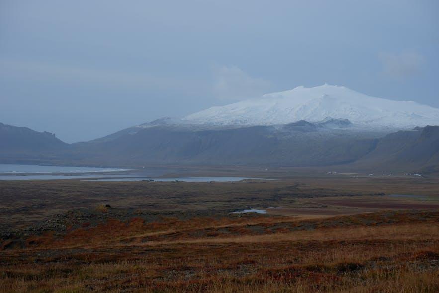 햇살과 산 만년설과 집. 아이슬란드의 풍경