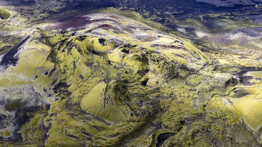 可以乘坐直升机或小飞机从空中鸟瞰内陆地区的拉基火山口