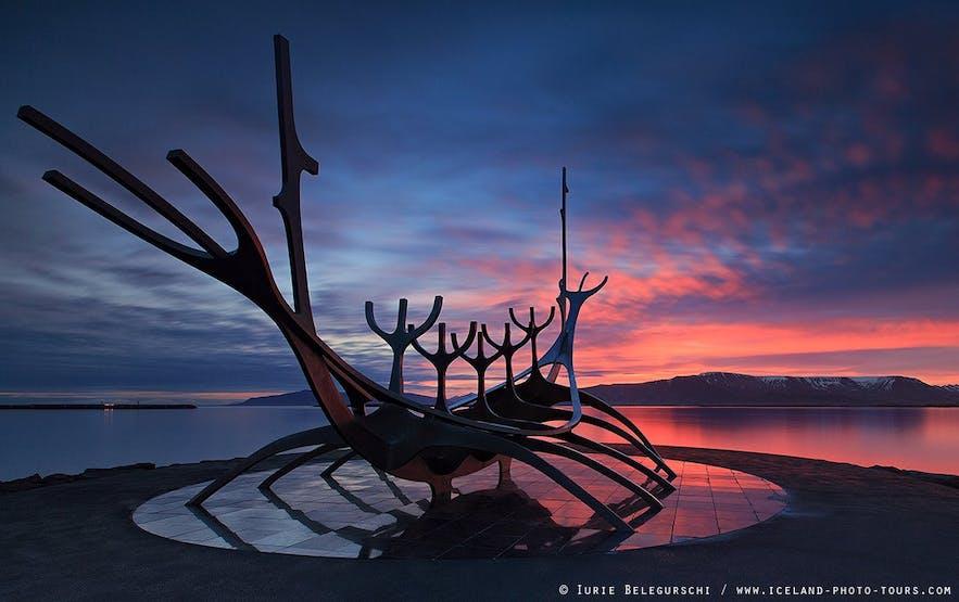 Le Sun Voyager baigné par la lumière du soleil de minuit à Reykjavík.