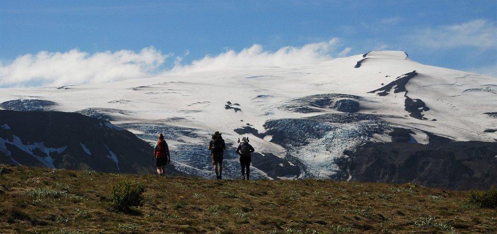 在冰岛南岸的冰川下体验极致的冰岛徒步之旅
