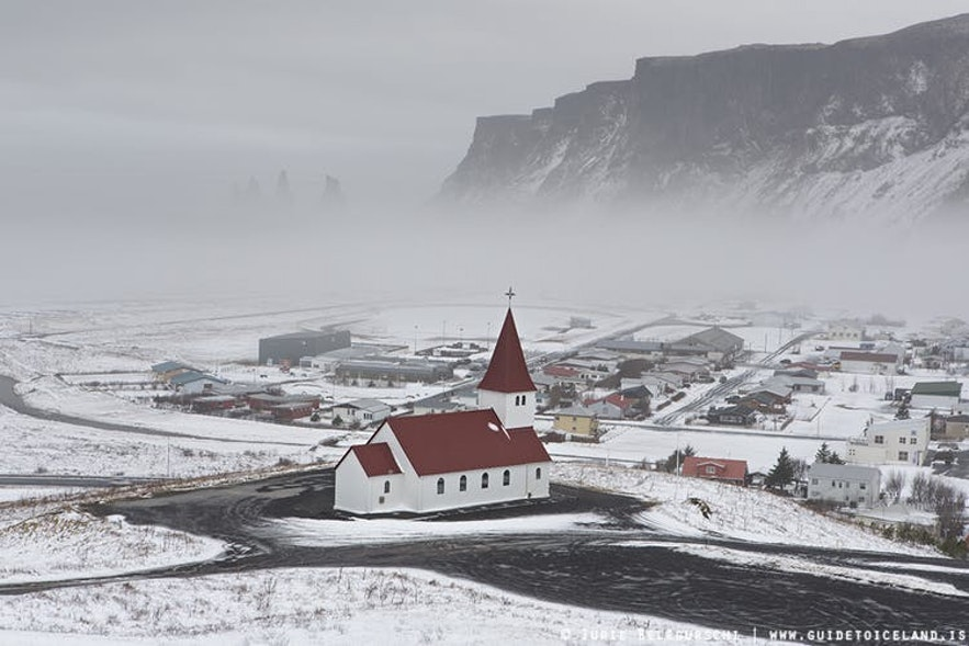 Winterlandschap bij de stad Vík in Zuid-IJsland