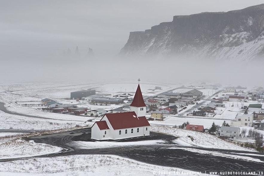 Vinterlandskap ved byen Vík på Sør-Island