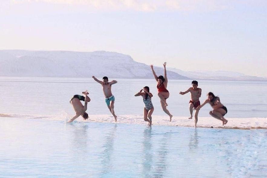 Fantastisk utsikt fra Hofsós svømmebasseng på Nord-Island