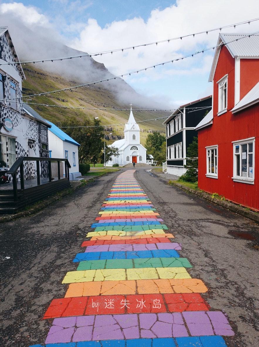 蓝教堂位于冰岛东部的塞济斯菲厄泽小镇