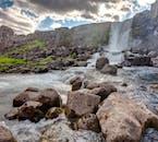 El agua del lago Thingvallavatn proviene de los glaciares y, por lo tanto, es muy fría