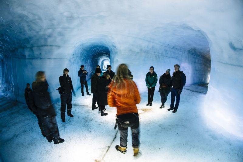 Grupa wycieczkowa wewnątrz lodowca