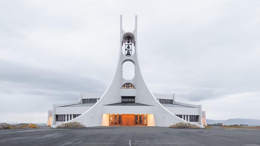 斯奈山半岛斯蒂基斯霍尔米小镇上的外星飞船式教堂