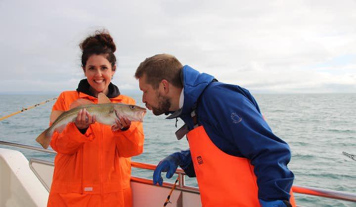 Tour de avistamiento de ballenas y pesca con caña en el mar