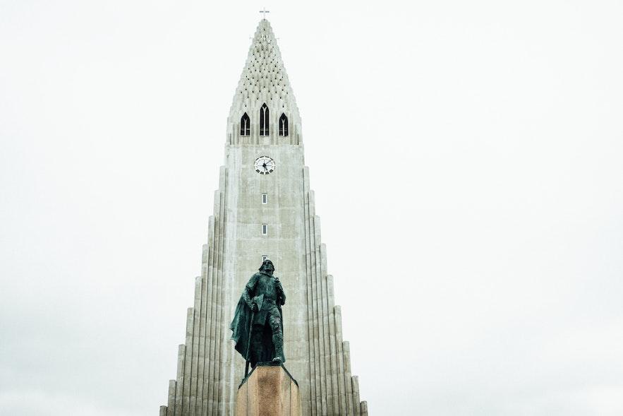 冰岛首都雷克雅未克哈尔格林姆斯大教堂门前,莱夫·埃里克松雕像
