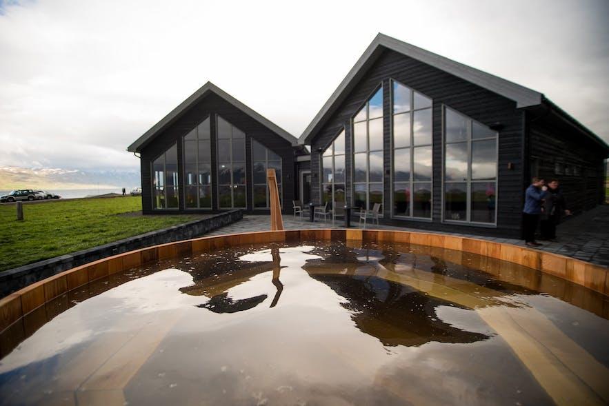 地元のビールを飲みながら、ビールを含んだお湯に入浴ができる北アイスランドのビールスパ、Bjorbodin