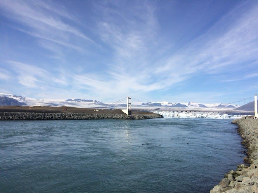 ヨークルスアゥルロゥン氷河湖の手前にかかる橋