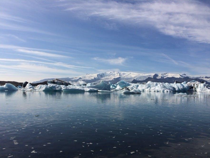 氷河湖には大小様々な氷塊が漂っている