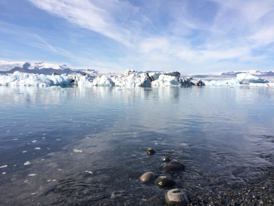 ヨークルスアゥルロゥン氷河湖の岸辺
