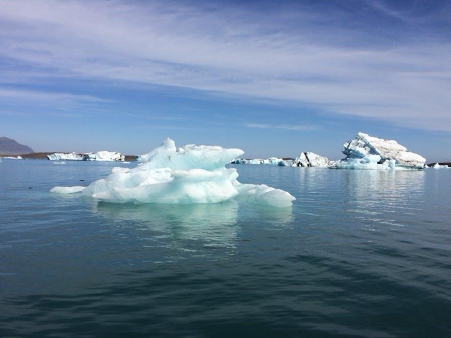 ヨークルスアゥルロゥン氷河湖に浮かぶ青く輝く氷山