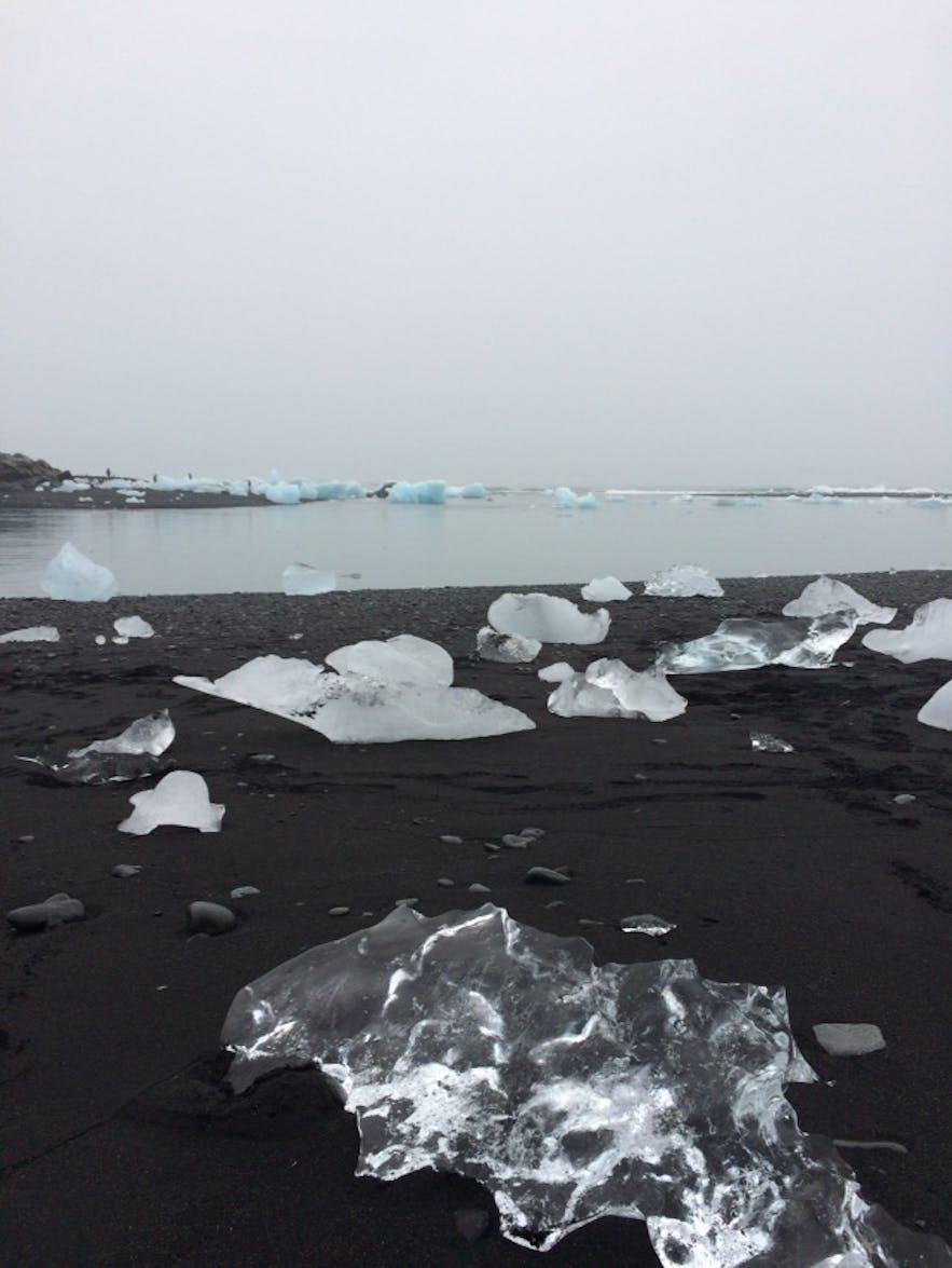 ヨークルスアゥルロゥン氷河湖の隣のダイヤモンドビーチ